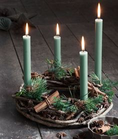 Christmas Trends - Colors, Designs and Ideas - Interior . Christmas Trends - Colors, Designs and Ideas - InteriorZine , Christmas Decorating Trends 2019 / 2020 – Colors, Designs and Ideas - Interior. Christmas Advent Wreath, Noel Christmas, Christmas And New Year, Christmas Crafts, Xmas, Diy Advent Wreath, Christmas Tables, Green Christmas, Christmas 2019