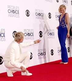 When Ellen literally bowed down to her other half and it was the sweetest. 22 Times Ellen DeGeneres And Portia De Rossi Were The Ultimate Couple Portia De Rossi, Ellen Degeneres And Portia, Ellen And Portia, The Ellen Show, Ellen Degeneress, School Humor, School Quotes, Funny School, Poses For Photos