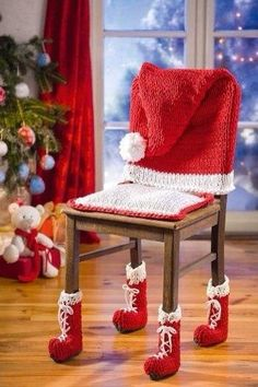 Knitting and crocheting for Christmas decoration with zpagetti yarn - Diy And Home Merry Christmas To All, Noel Christmas, Homemade Christmas, Christmas Crafts, Christmas Chair Covers, Chair Socks, Christmas Knitting, Xmas Decorations, Decorating Your Home