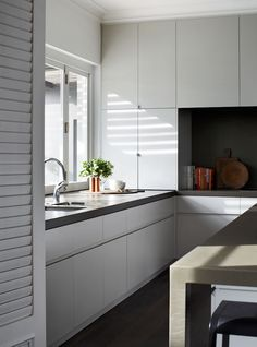Contemporary classic family home. Design by Robson Rak Architects. Image by Sharyn Cairns via Est Magazine Kitchen Cabinet Design, Kitchen Interior, New Kitchen, Kitchen Dining, Kitchen Cabinets, Kitchen Corner, Kitchen Layout, Cocinas Kitchen, Interior Design Awards