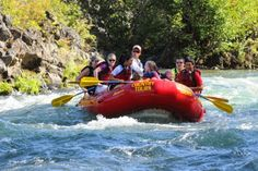 White water rafting Deschutes River in Bend Oregon with Sun Country Tours. Photo courtesy of Sun Country Tours. #centraloregonlife