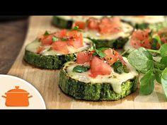 Receita leve e deliciosa de abobrinha grelhada com cobertura de queijo, tomate, manjericão e orégano. Ingredientes: - Rodelas de abobrinha temperadas com aze...