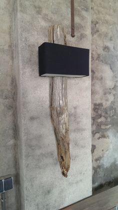 wandlamp van verweerd en vergrijsd hout