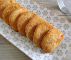 These meat rissoles can be presented as an appetizer at a party or, at a lunch or dinner served with carrot rice and tomato salad! Tapas, Gourmet Desserts, Dessert Recipes, Plated Desserts, Portuguese Recipes, Fiber Foods, French Pastries, Molecular Gastronomy, Culinary Arts