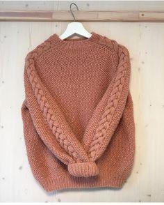 Nydelig #perleflettegenser strikket av @mariahjelmaas 😍 Du finner den som strikkepakke i nettbutikken. Oppskrift fra flinke @knitbyandrea… Chunky Knitwear, How To Make Clothes, Knit Fashion, Knitting Designs, Sweater Weather, Baby Knitting, Knitted Hats, Knit Crochet, Knitting Patterns
