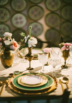 Green and Gold. Casa de Perrin can do no wrong. Every little detail in this tablescape had us in awe. Gorgeous! The Cream Los Angeles | photo by Paige Lowe Photography | 100 Layer Cake