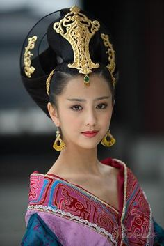 Beautiful Chinese actress in ancient costume - the headdress is gorgeous Beautiful Chinese Women, Beautiful People, Beautiful Body, Traditional Fashion, Traditional Dresses, Traditional Chinese, Beauty Around The World, Chinese Clothing, Chinese Actress