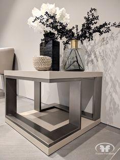 Bonita mesa de centro con base y tapa terminadas en chapa de roble natural y estructura metalica con acabado en plata vieja