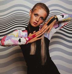 "Twiggy wearing a sparkling graphic (sleeves) enhanced sheath.oh those Twiggy ""eyes"". Patti Hansen, Mary Quant, Lauren Hutton, Trendy Fashion, Fashion Models, Vintage Fashion, Mod Fashion, Vintage Style, Fast Fashion"