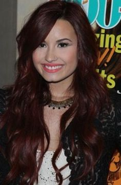 Art Trendy Talons: This rounded talon shape that Demi rocked at her Seventeen cover signing are the newest big trend in celebrity nails. Theyre perfect with her edgy outfit! nailing-down-brilliant Mahogany Brown Hair Color, Mahogany Hair, Hair Color Dark, Brown Hair Colors, Dark Mahogany, Messy Hairstyles, Summer Hairstyles, Demi Lovato Hair Color, Divas