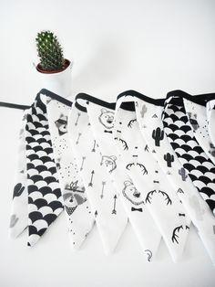 Guirlande de 12 fanions - Tissu blanc imprimé cerfs, ratons laveurs, écailles, ours, flèches et cactus en noir - biais noir : Décoration pour enfants par le-monde-de-physalis