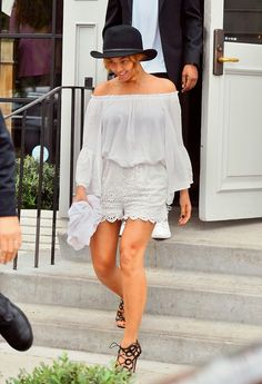 Beyonce Knowles wearing Zimmermann Gemma High-Rise Embroidered Shorts, Elan White Boho Top and Aquazzura X Olivia Palermo Cutout Leather Sandals Estilo Beyonce, Beyonce Style, January Jones, Naomi Watts, Lily Collins, Olivia Palermo, Alexa Chung, Kendall Jenner, Black Lace Shorts