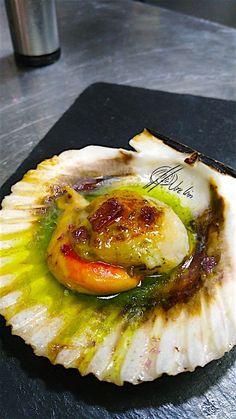 Las zamburiñasa la parrilla en Errazki es uno de los aperitivos/entrantes mas demandados, por su calidad, tamaño y manera de disponerlas en la mesa…. Ahora te las presento con escabeche de plancton, espero que te gusten…. Recuerda que hay otra receta de escabeche de plancton con almejas al natural…. Ingredientes: Zamburiñasfrescas Vinagre de manzana Aceite... Lea más My Favorite Food, Favorite Recipes, Spanish Kitchen, Fish Stew, Avocado Egg, Canapes, Italian Recipes, Italian Foods, Oysters