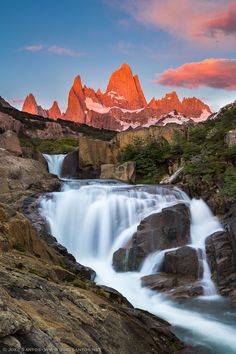 Quite often, only with effort one can achieve a goal, which was the case in this image. To find a waterfall that allowed to frame the Cerro Fitz Roy in the background was necessary to travel 45 km walking, divided in 3 days: one to find the location (without success), another to find it (but, at sunrise, the light was not the best) and, finally, a third day to shoot at sunrise (and that resulted in this photo). The personal goal was achieved, with the Cerro Fitz Roy lit like a red-hot metal tip