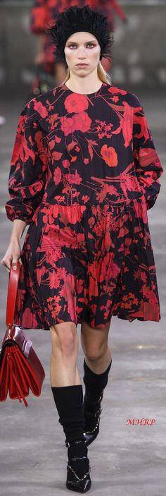 Pre-Fall 2019 Valentino Pre-Fall 2019 Valentino For other models, you can visit the category. Daily Fashion, Fashion Show, Fashion Design, Fashion Trends, Fashion Ideas, Textiles, Valentino Women, Elegant Outfit, Colorful Fashion