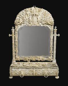 espejo en marfil con el escudo de armas del rey Christian IV de Dinamarca y Noruega, Dieppe, mediados del siglo 19, medidas 86x64x58 centímetros.