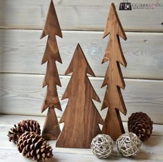 A happy accident - wood trees. How to make your own!A happy accident - wood trees. How to make your own! Christmas Wood Crafts, Christmas Projects, Holiday Crafts, Fall Projects, Christmas Signs, Winter Wood Crafts, Wood Christmas Tree, Learn Woodworking, Woodworking Projects Plans