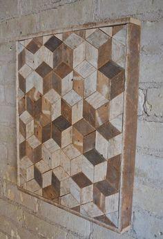 Dit is een een van een soort muur stuk thats 15.5 door 18 en 1.5 diep. Het frame is gemaakt van hetzelfde materiaal. Het kan worden gehangen van elke zijde die u kiest. Dit kan ook worden gebruikt als een bijzettafeltje of nachtkastje als u benen toevoegt. Het is gemaakt van hout van geregenereerde lat. dat oorspronkelijk een binnenwand van gips was. Het hout was natuurlijk veroudering aan de ene kant en de andere wat kleur uit het gips geabsorbeerd. Ik hield de natuurlijke afwerking en…