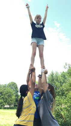 cheer tryouts tips make up Easy Cheerleading Stunts, Cool Cheer Stunts, Cheer Tryouts, High School Cheerleading, Cheerleading Cheers, College Cheer, Cheer Athletics, Handstand, Cheer Dance Routines