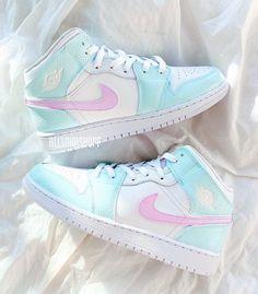 Cute Nike Shoes, Cute Nikes, Nike Air Shoes, Colorful Nike Shoes, Moda Sneakers, Cute Sneakers, Shoes Sneakers, Sneakers Style, Jordans Sneakers
