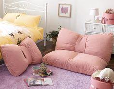 Unos cojines originales y divertidos pueden dar un acabado personal y femenino a una habitación juvenil.