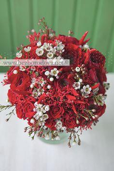 Красный свадебный букет из ранункулюсов с перцами