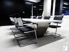 Table de réunion en résine de synthèse V-korr : résistante, design, chaleureuse au toucher. Nouveaux locaux Axens à Confluence. Plus d'infos : http://www.v-korr.com/home/maison-cuisine-salle-bains-solid-surface/
