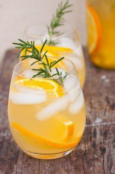 こちらはオレンジローズマリーアイスティー。ポットに材料をすべて入れてお湯を注ぎ、5分ほどしたら茶葉を捨て、冷蔵庫でよく冷やしたら出来上がり。ローズマリの小枝をマドラー代わりにするのがポイントです。  【材料】 ティーリーフ小さじ2 オレンジ1個分のスライス ローズマリーの小枝2、3本 ライムのしぼり汁1個分 お湯 750ml