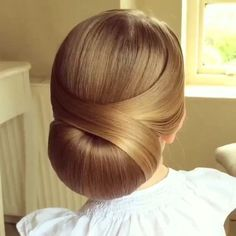 Video tutorial: Low Chignon by SweetHearts Hair Design Perfect for a wedding! By sweethearts_hair_design ? ShortHair click now for Elegant Bun Party Hairstyles You Must TryI LOVE this hair tutorial! xo Today's hair tutorial is this Easy Updo, Vintage Hairstyles, Pretty Hairstyles, Braided Hairstyles, Wedding Hairstyles, Woman Hairstyles, Braids For Short Hair, Short Hair Styles, Hair Inspo, Hair Inspiration