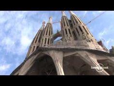"""Este enlace es un recorrido virtual del exterior de La Sagrada Familia, la obra más famosa de Gaudí. Es una parte de un episodio en Barcelona de la serie de televisión, """"The Lonely Planet,"""" una serie de los Estados Unidos que foca en el viaje.  En el sitio de La Sagrada Familia, hay un museo pequeño en Gaudí y sus proyectos que incluye los planes y modeles de Gaudí para la construcción de esta iglesia."""