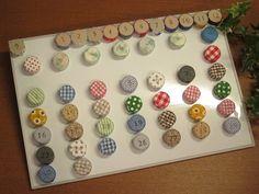 """ペットボトルキャップを""""はぎれ""""で包んで数字のスタンプを押し、裏に紙粘土などを詰めて磁石を貼れば万年カレンダーマグネットの完成。たくさん集まるペットボトルキャップを生かした、エコなアイデアですね♪ 貼るだけの簡単ステップでできるので子供と一緒に作れます。"""