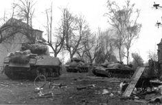 Les forces américaines sont poussés hors de la forêt de Hürtgen - un M4A3 et une M-10 de la 774 bataillon de chars, avançant sur un Stug. III détruit dans la ville de Gürzenich American forces are pushed out of the woods of Hürtgen - an M4A3 and an M-10 of the 774 Tank Battalion, advancing on a Stug. III destroyed in the town of Gürzenich