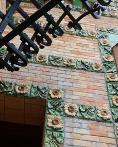 #caprichodegaudi#cantabria #cantabriainfinita #museos #noche #patrimonio #heritage #gaudi #antonigaudi #arquitectura #architecture #girasoles #sunflowers #arte #art Gaudi, Eos, Instagram, Sunflowers, Art, Antoni Gaudi