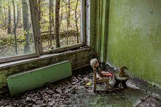 Pripiat, près de Tchernobyl, fut désertée après la catastrophe de 1986. La ville est aujourd'hui ouverte aux touristes. Parmi les choses à voir : des poupées disposées de façon troublante par des visiteurs. © Gerd Ludwig