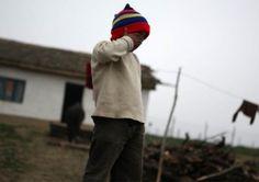 """""""Telefonul Copilului"""" din cadrul Direcţiei de Asistenţă Socială şi Protecţia Copilului Buzău a fost solicitat de două ori pe zi în luna februarie. Astfel, au fost semnalate nu mai puțin de 65 de cazuri de copii neglijaţi de către cei care îi îngrijesc.    Din sesizările primite în februarie la instituția """"Telefonul Copilului"""", 53 de cazuri au fost confirmate. Sesizările privind comportamentul neglijent al unor copii au venit din partea unor instituţii publice, medici sau dascăli ai…"""