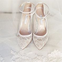 Does it get any more perfect than these lace Oscar de la Renta heels?  #tuesdayshoesday