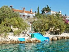 Villa Okrug Gornji 1 Okrug Gornji Situated 3.5 km from Trogir Marina in Trogir, this villa features a barbecue. The air-conditioned unit is 3.6 km from The Cathedral of St. Lawrence.  The kitchen comes with a dishwasher and an oven and there is a private bathroom.