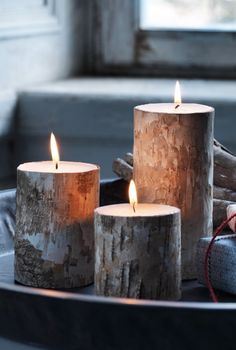 Helemaal van nu: kaarsen in een berkenhouten jasje. Dat lijkt brandgevaarlijk, maar dat is het niet. Er zit namelijk een aluminium bescherming tussen de kaars en het hout. En weet je wat écht leuk is? Als de kaars opgebrand is, houd je een leuk windlicht over!
