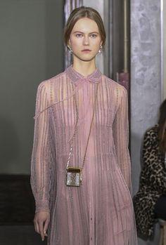 Le collier lipstick case de la pré-collection Valentino automne-hiver 2017-2018