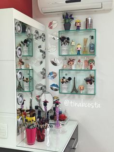 Meu cantinho foi repaginado... Ganhou nichos de vidro... Amei!!! #penteadeira #penteadeiracamarim #cantinhodemaquiagem #makeup #maquiagem #loucapormaquiagem