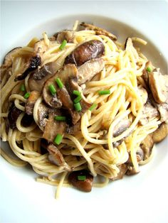 Mixed mushroom spaghetti...I love mushrooms. Like, really looooove them. So the idea of a pasta dish centred around the earthy, meaty flavour of mushrooms is just divine in my book!