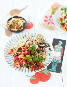 Mit Kreuzkümmel, Chili und reichlich frischem Koriander bekommt der Bulgur eine orientalische Note. Tomaten liefern Frische, frittierte Zwiebelringe eine...