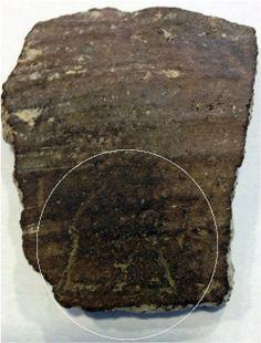 """Fig. 1. Il coccio di Selargius con il segno a Tanit. Immagine da questo sito. Si noti un secondo segno sulla sinistra e la """"testa"""" della """"donnina"""", marcatamente a goccia un """"marcatore"""" tipicamente egizio (caratteristico del segno 'ankh (vita)) e non di ambito fenicio-punico (1a,b) (fig. 2). La testa a goccia si ritrova anche sul famoso antropomorfo della scrittura proto-semitica di Wadi-el-Hol in Egitto (2d)."""