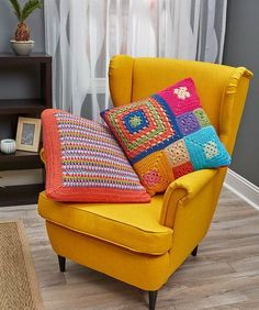 These colorful pillow patterns look amazing although they are easy pattern stitches that beginner crocheters can do. We've included patch pillow and stripe pillow options. Crochet Cushion Cover, Crochet Cushions, Crochet Pillow, All Free Crochet, Easy Crochet Patterns, Irish Crochet, Crochet Stitches, Crochet Baby Jacket, Crochet Home Decor