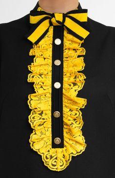 Платье из чёрной шерсти с рукавом 3/4 и заниженной талией. Воротник-стойка с бантом. Кружевные жабо и отделка на рукавах. Потайная молния на спине. На фото: модель ростом 178 см, размер S.