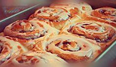 Τα ρολάκια κανέλας είναι γλυκό που συναντάμε κυρίως στις χώρες της βόρειας Ευρώπης αλλά και της βόρειας Αμερικής. Είναι ιδανικά για πρωινό αλλά και συνοδεία με τον Greek Pastries, Greek Recipes, Cinnamon Rolls, Cooking Time, Cupcake Cakes, Cup Cakes, Sweet Tooth, Bakery, Sweet Treats