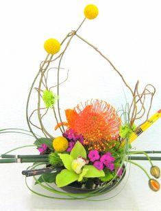 Moribana ikebana style Ikebana Flower Arrangement, Floral Arrangements, Japanese Art, Japanese Floral Design, Zen, Gerbera, Ancient Art, Valentines, Photos
