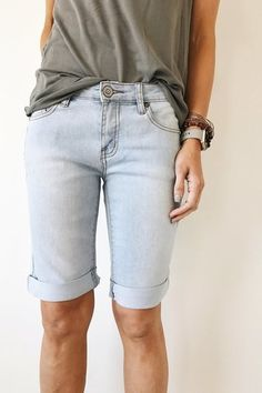 13 Cute Pairs of Knee-Length Shorts Perfect for Summer 2017 – Summer Outfit Ideas Modest Summer Outfits, Modest Shorts, Short Outfits, Casual Outfits, Cute Outfits, Bermuda Shorts Outfit, Summer Shorts, Simple Outfits, Knee Length Shorts