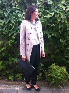 WorkingOutfit en blanco y negro: camisa de la Bocöque, pantalón básico, stilettos, cartera y collar de Zara, trench de Privalia