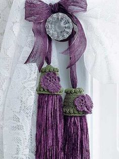 Purple pansy tassel of cotton thread and chenille yarn - Design by Bella Crochet Purple Love, Purple Lilac, All Things Purple, Shades Of Purple, Green And Purple, Purple Rain, Crochet Curtains, Passementerie, Crochet Home
